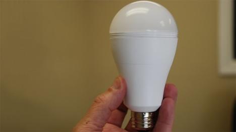 Żarówka LED, która nie przestaje świecić, gdy zabraknie prądu