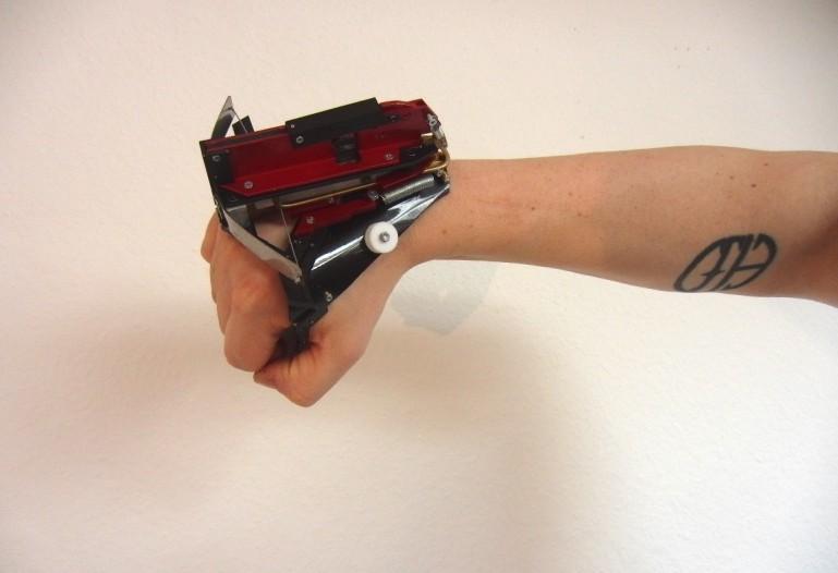 Poręczna, półautomatyczna kusza na nadgarstek.