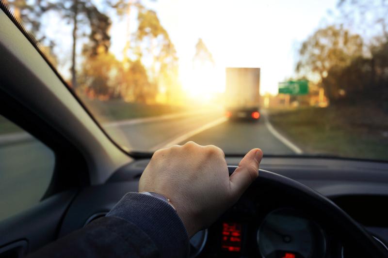 Czy można jeździć z pęknięta szybą w samochodzie?