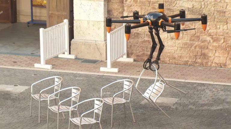Dron z rękami - łapie, chwyta i przenosi towary