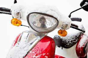 Vom Wetter berrascht - Motorroller mit Schnee