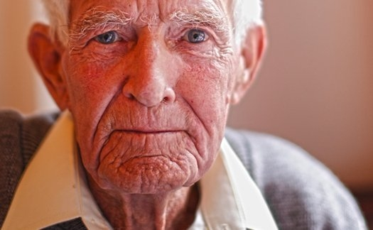 Dlaczego na starość mamy więcej włosów?
