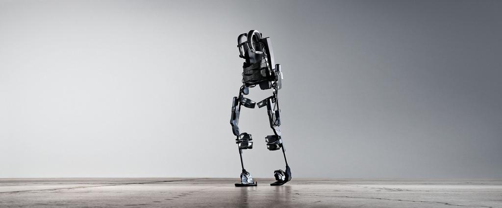 Tani i lekki egzoszkielet pozwala niepełnosprawnym znowu chodzić